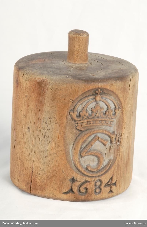 Form: Lodd, utstyrt m/ Christian V's kronede monogr. og 1684