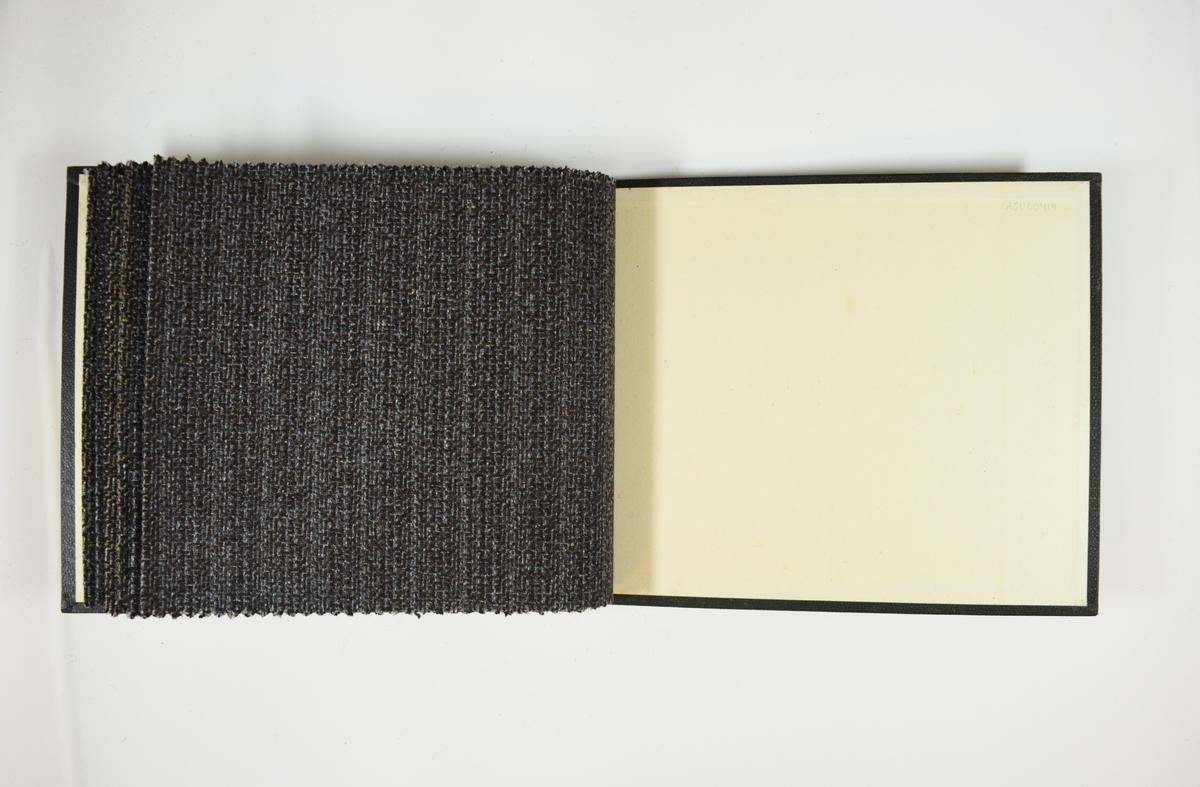 Prøvebok med 6 stoffprøver. Middels tykke stoff med mønster. Stoffene ligger brettet dobbelt i boken slik at vranga dekkes. Stoffene er merket med en rund papirlapp, festet til stoffet med metallstift, hvor nummer er påført for hånd. Nummeret har blitt huket av med rød blyant. Innskriften på innsiden av forsideomslaget indikerer at alle stoffene har kvalitetsnummer 105.   Stoff nr.: 105/43, 105/44, 105/45, 105/46, 105/47, 105/48.