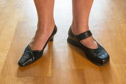 Skor tillhörande kvinna i övre medelåldern från Täby, fotogr