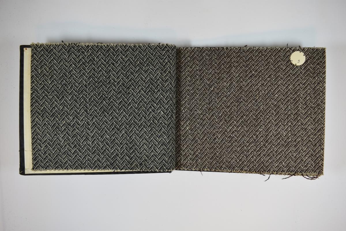 Prøvebok med 6 stoffprøver.  Middels tykke stoff med fiskebensmønster eller lignende. Stoffene ligger brettet dobbelt slik at vranga skjules, bortsett fra det første stoffet som er litt mindre enn de resterende. Stoffene er merket med en rund papirlapp, festet til stoffet med metallstifter, hvor nummer er påført for hånd. Innskriften på innsiden av forsideomslaget indikerer at alle stoffene har kvalitetsnummer 182.   Stoff nr.: 182/1, 182/2, 182/3, 182/4, 182/5, 182/6.