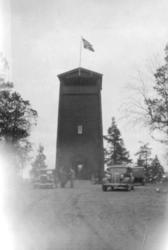 Bildet viser Tårnet på Høyde 96. Biler og folk sees på Parke