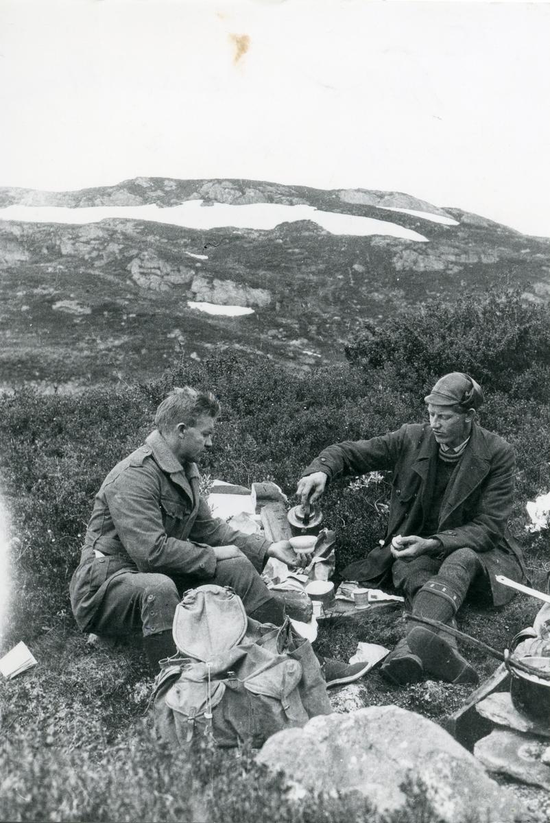 Ole Berg og Helge Pedersen. Pedersen til venstre i biletet.