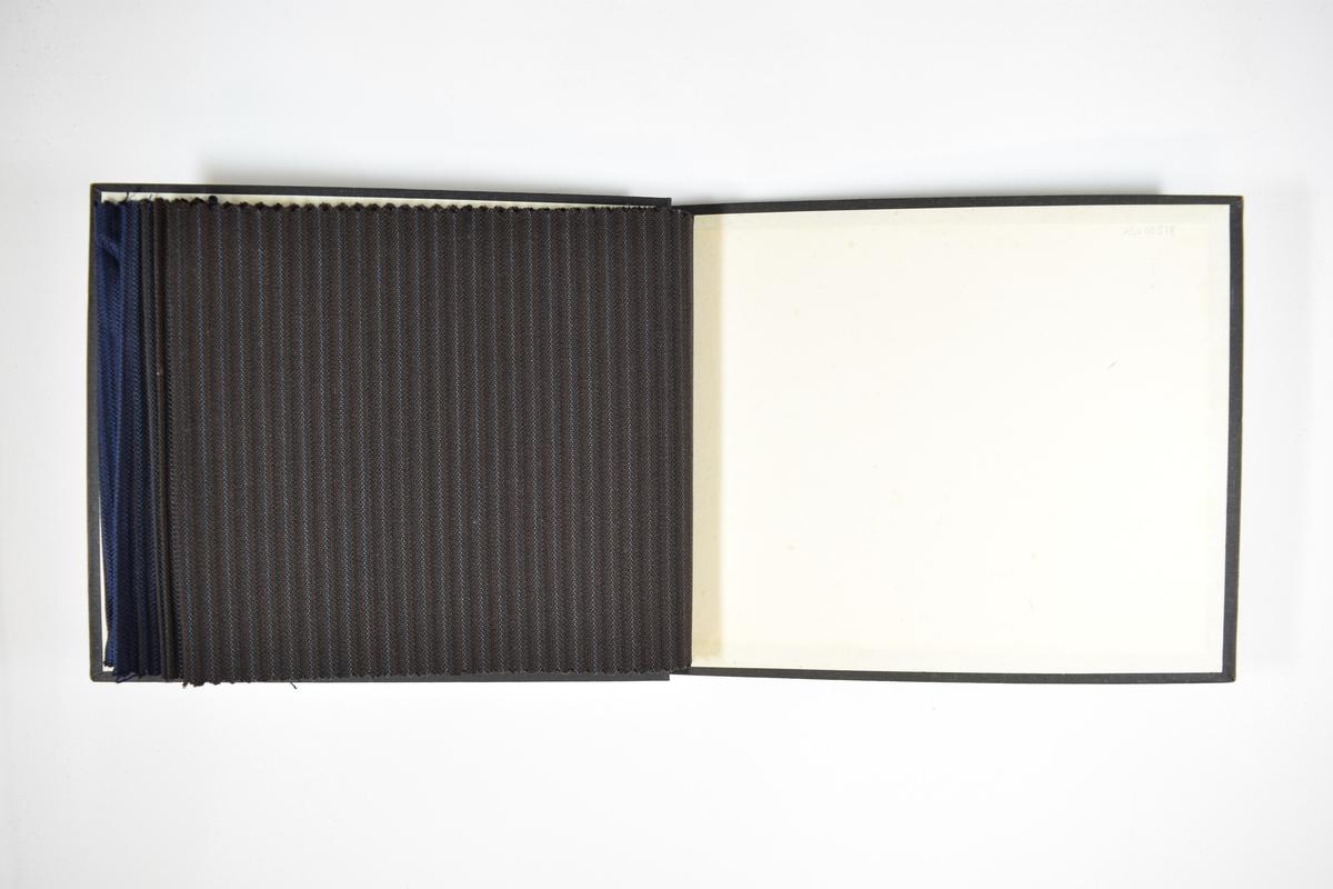 Prøvebok med 6 stoffprøver. Relativt tynt stoff med vertikale striper. Stoffet ligger brettet dobbelt i boken slik at vranga dekkes. Stoffet er merket med en firkantet papirlapp, festet til stoffet med metallstifter, hvor nummer på påført for hånd.   Stoff nr.: 766/100, 766/101, 766/102, 766/103, 766/104, 766/105.