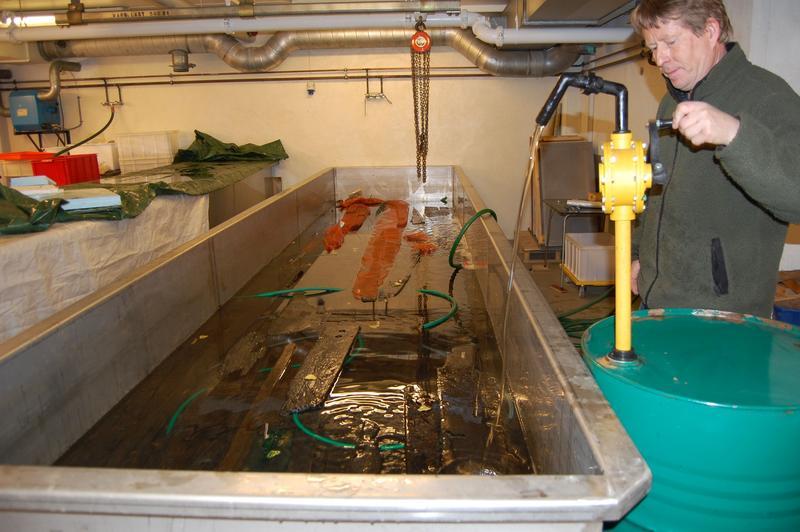 Båtdeler fra den av båtene fra Bjørvika som kalles Barcode 6. En liten andel av lavmolekylær voks tilsettes i den aller første fasen av impregneringen. Deretter tilsettes kun høymolekylær voks som er i fast form i romtemperatur.