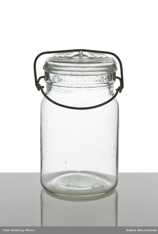 KLM28911, Konserveringsglas, av glas. Volym, 1 lit. Konservglas, rakmodell med bygel som håller fast locket. I botten märkt, KOSTA 1 Lit.