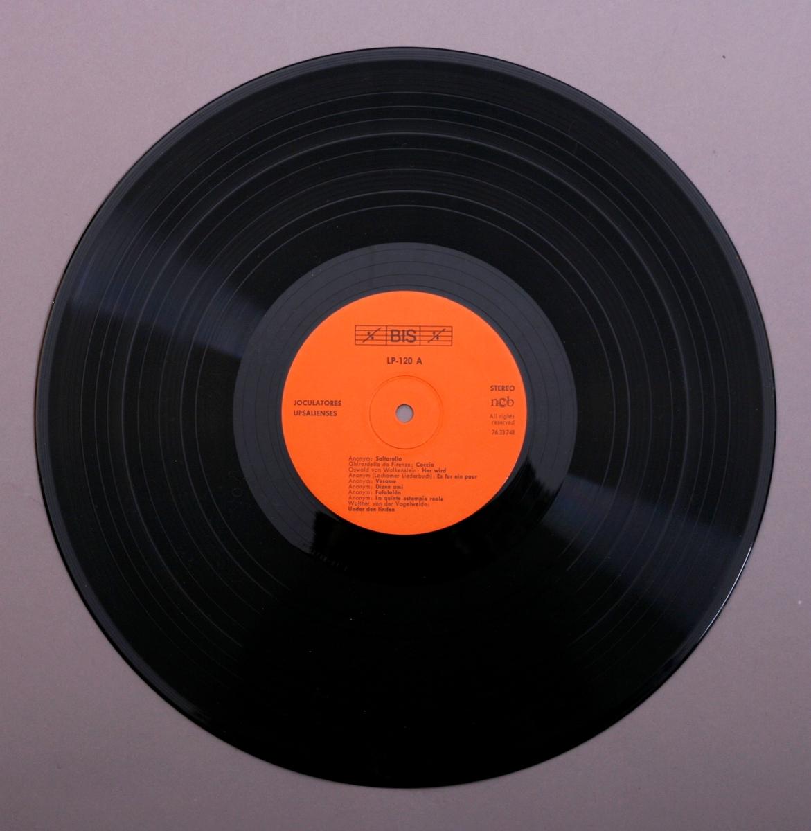Grammofonplate i svart vinyl. Dobbelt plateomslag med hefte. Plata ligger i en papirlomme.