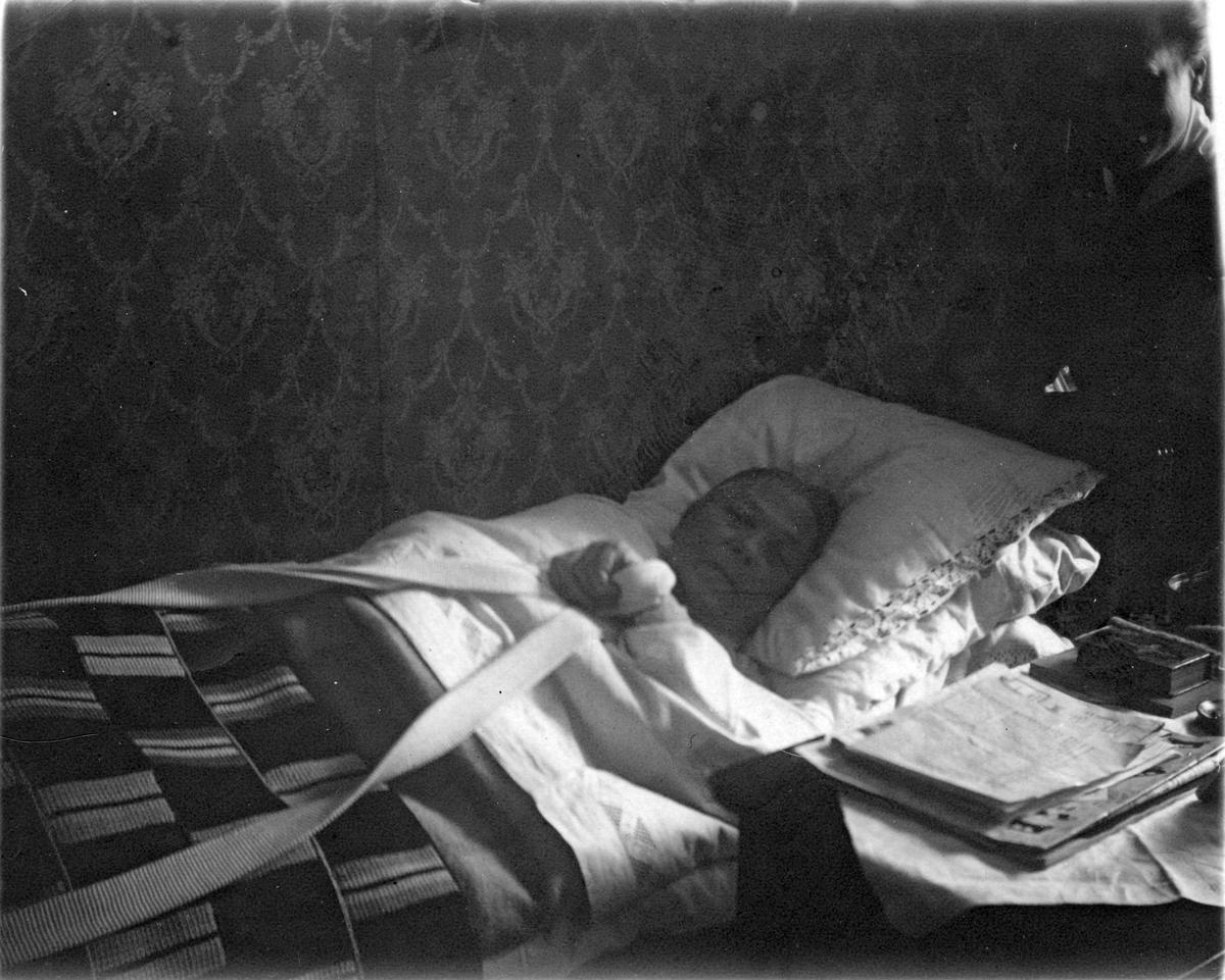 Äldre kvinna i sängen