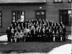 Grupporträtt framför folkets hus, Harg socken, Östhammar, Up