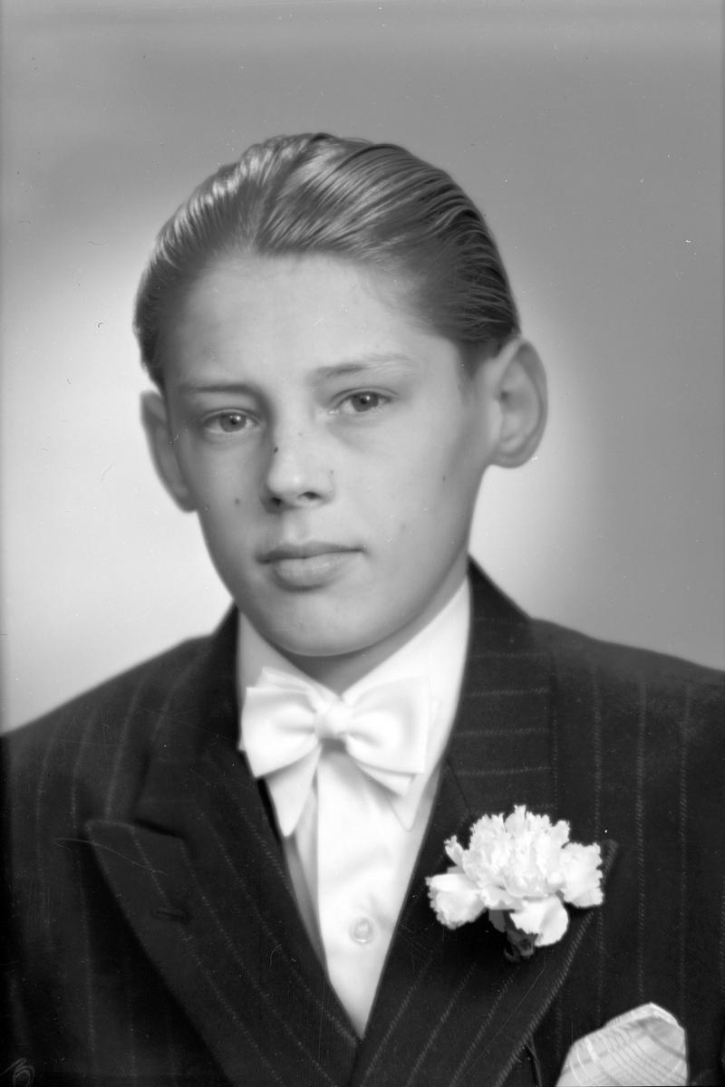 Konfirmand Inge Forslund, Norra Sjötullgatan 15, Gävle. 6 april 1946.