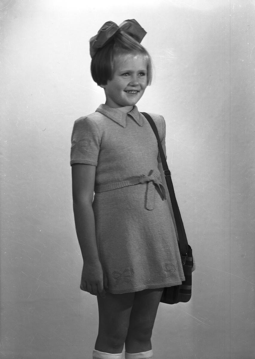 Ferdinand Sjöbergs garn. Barnmodell visar stickad klänning av garn från Sjöbergs