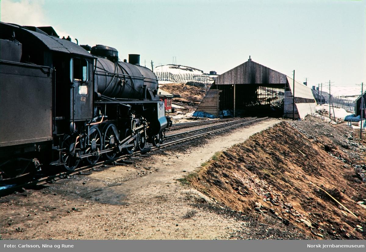 Damplokomotiv type 31b nr. 402 på Finse stasjon