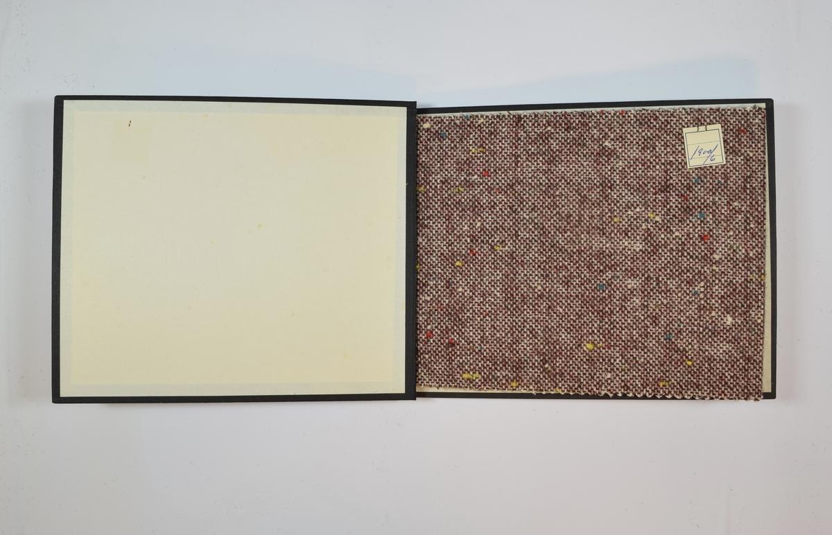 Rektangulær prøvebok med 4 stoffprøver. Middels tykke, doble, melerte stoff med tilsynelatende tilfeldigplasserte prikker i ulike farger. På rettsiden toskaftsvev med ulik farge på innslag og renning. Stoff nummer 6, 7 og 8 har to ulike innslagstråder med ulik farge. På baksiden tynnere bomuldstråder, med stedvis kyperbinding. Stoffene ligger brettet dobbelt i boken slik at vranga dekkes. Stoffene er merket med en firkantet papirlapp, festet til stoffet med metallstifter, hvor nummer er påført for hånd.    Stoff nr.: 1900/6, 1900/7, 1900/8, 1900/9.