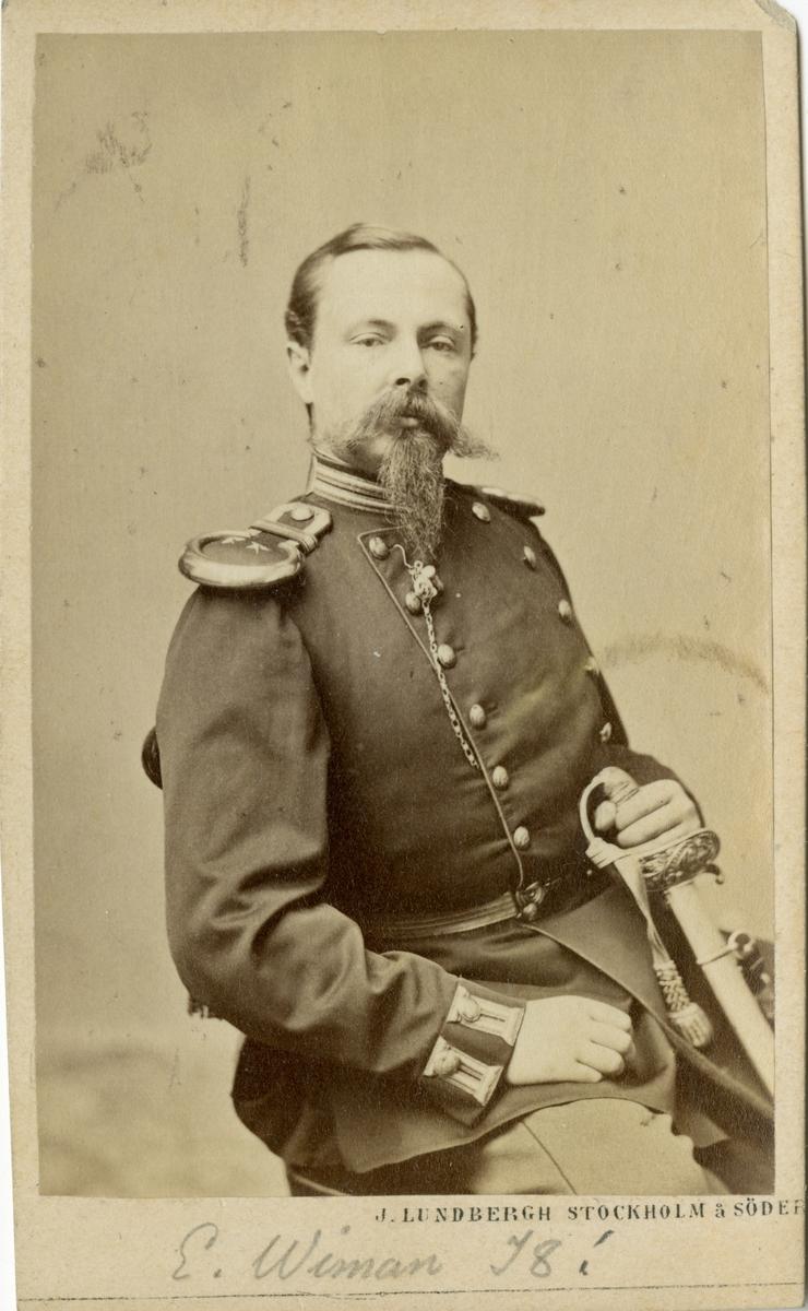 Porträtt av Johan Gustaf Ernst Wiman, major vid Upplands regemente I 8. Se även AMA.0013891.