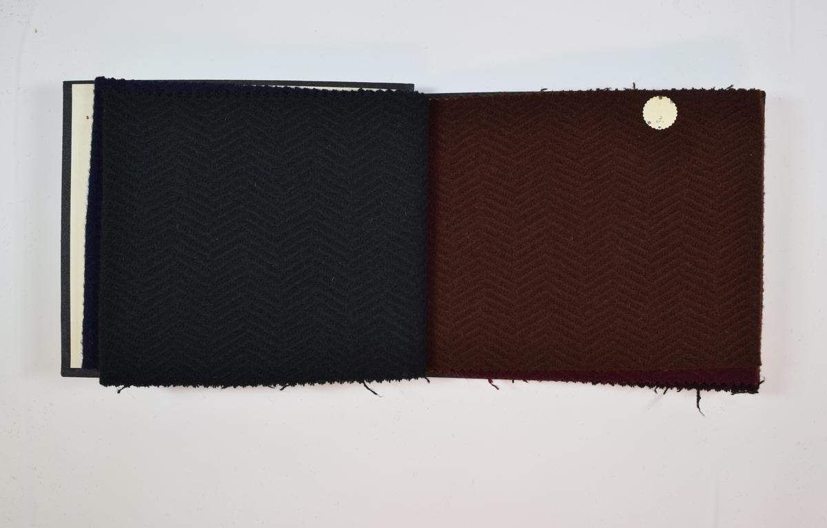 Rektangulær prøvebok med 5 stoffprøver og harde permer. Permene er laget av hard kartong og er trukket med sort tynn tekstil. Boken inneholder middels tykke ensfargede stoff med fiskebensmønster i veven. Stoffene har en liten grad av relieff på forsiden, mens baksiden er helt plan. Fargene varierer mellom stoffene, men vevmønsteret er det samme. Stoffene ligger brettet dobbelt i boken slik at vranga dekkes. Stoffene er merket med en rund papirlapp, festet til stoffet med metallstifter, hvor nummer er påført for hånd.  Innskriften på innsiden av forsideomslaget viser at alle stoffene har kvalitetsnummer 1943.   Stoff nr.: 1943/1, 1943/2 1943/3, 1943/4, 1943/5.