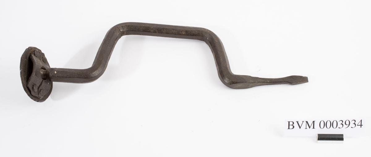 """NTM: """"Fra snekkerverkst. loft i Kongsberg. Samtlige borvinner er gjordt ved Sølvverket."""" Helt av jern. Egentlig mer en skruetrekker enn ei borvinne, da det er fastmontert ett flatt jern der boret ellers ville ha vært. Jf. BVM 334 og 3930-3933."""