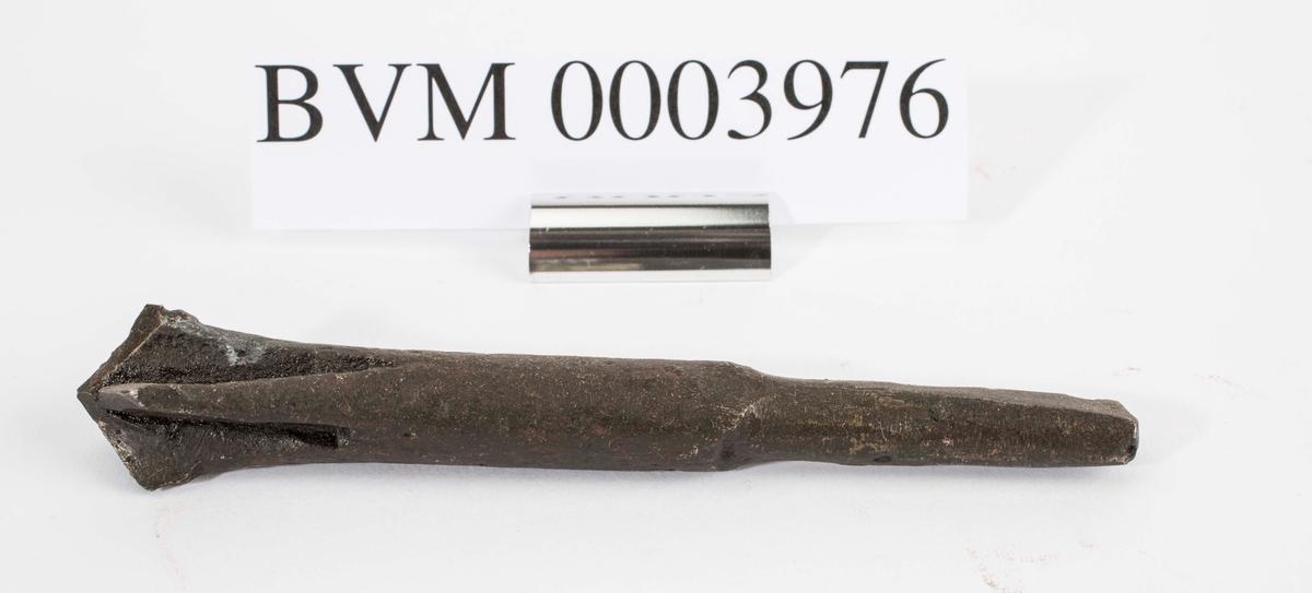 """NTM: """"Disse gamle jernbor er smidd ved Sølvverket og var alminnelig brukt på slutten av det 19de århundre."""" Jf. BVM 109 og 3973-3975."""