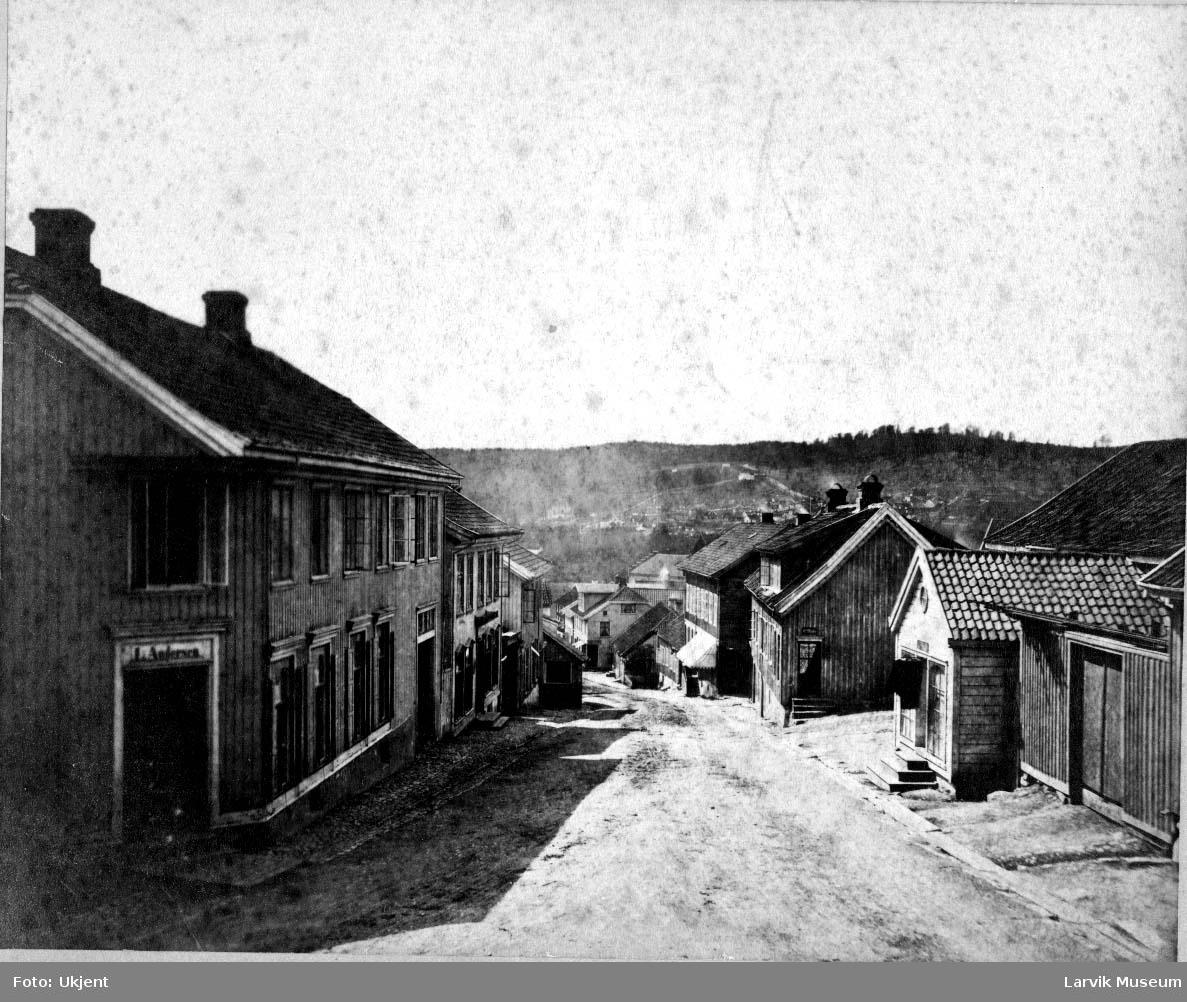 "Kongegata i Larvik, bebyggelsesmønster, boliger, gate. Bak på bildet står det ""Paa venstre side Lars Andersens gaard, Bertel Stenn gaard"""