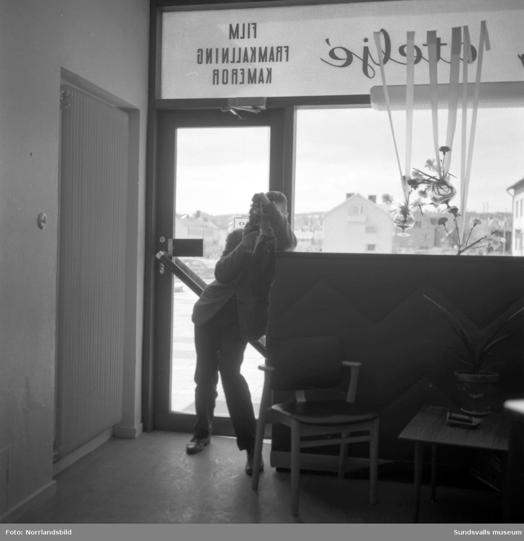 Foto av en fotograf inne i fotoaffären ABE-foto i Skönsbergs Folkets hus. Bilden tagen i samband med dokumentation av gamla gårdar i Skönsberg inför saneringen.