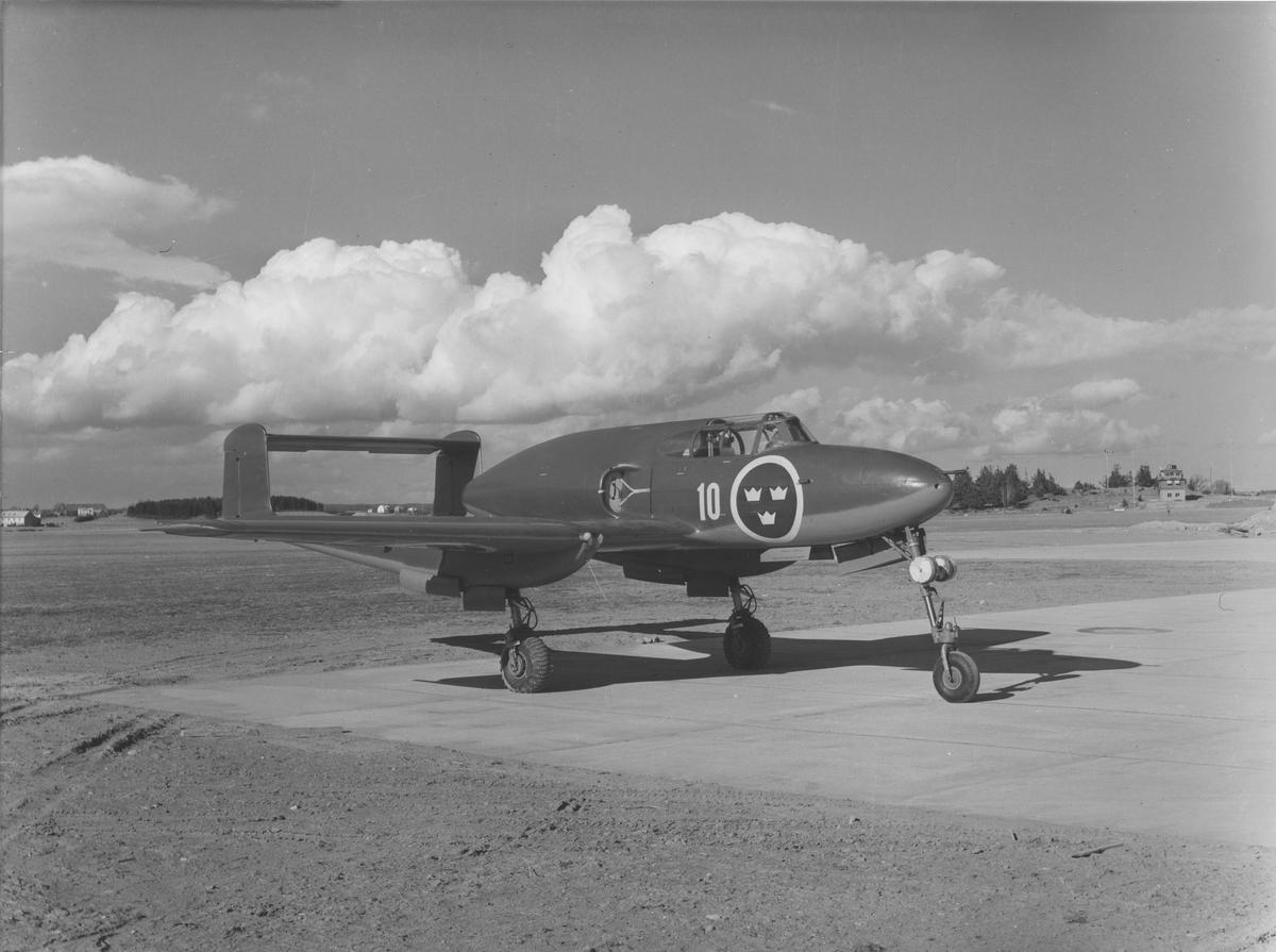 Flygplan J 21R tillhörande F 10 Skånska flygflottiljen står på Saabs flygfält.