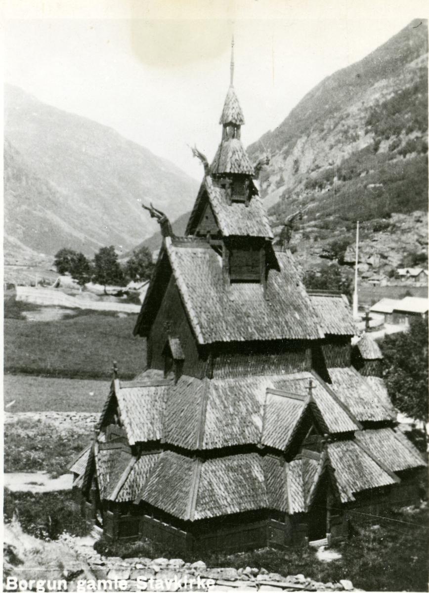 Lite postkort med motiv av Borgund Stavkirke