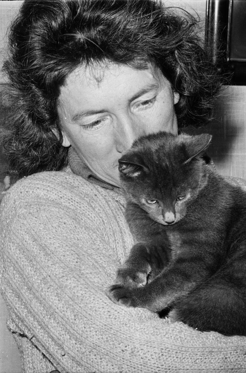 Clary Huldt med katt i famnen, Riala, april 1967