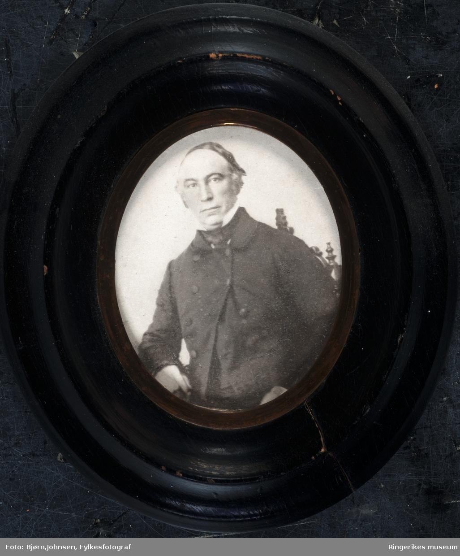 Jørgen Moe, født på Mo Gård i Hole. Norsk forfatter, folkeminnesamler og geistlig; cand.theol. 1839. Han flyttet fra gården i 1831 for å studere teologi, men studiene ble avbrutt av en langvarig kjærlighetssorg som førte ham tilbake til Mo. Han fikk ristet av seg depresjonen slik at han maktet å avslutte sin teologiske embedseksamen i 1839. Etter dette jobbet han som lærer og reiste rundt i landet sammen med Asbjørnsen. Sammen samlet de de norske folkeeventyrene. Det første heftet av «Norske Folkeeventyr» ble utgitt i 1841. I 1849 ga han ut sin eneste store diktsamling «Digte». To år senere gav Asbjørnsen og Moe ut en fyldig annenutgave av eventyrene, og det samme året kom norges første moderne barnebok ut; «I Brønden og i tjærnet».  Moe ble res.kap. i Krødsherad 1853, sogneprest i Bragernes 1863, i Vestre Aker 1870 og 1875 biskop i Christiansands stift.