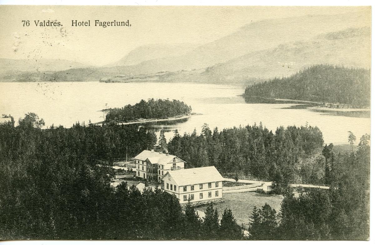 Postkort med motiv fra Fagernes og Strandefjorden. Fagerlund hotell midt i bildet, Vesleøya til venstre og Storøya til høyre.