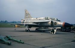 Flygplan SK 37 Viggen nummer 22 från FC uppställt vid flygda