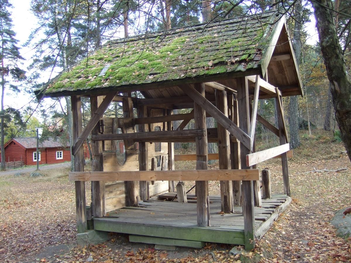 Byggnaden är ett skostall för oxar, uppförd i en öppen ramverksteknik, av fyrkantsvirke som vilar på grundstenar. Endast en sida av fyra har delvis täckande brädor, med uttagna hål för oxarnas huvuden. Resterande tre sidor har tvärslåar som håller ihop konstruktionen. Golvet är tillverkat av brädor. Sadeltaket har ett undertak av brädor som täcks av spån. Nock och vindskivor är tillverkade av trä.