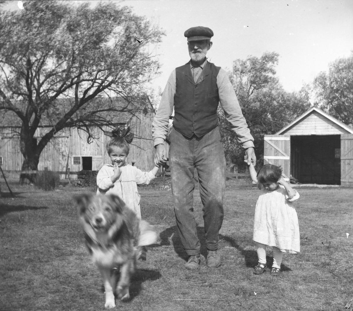 Ola Rustad med barnebarna Cathryn og Mildred.