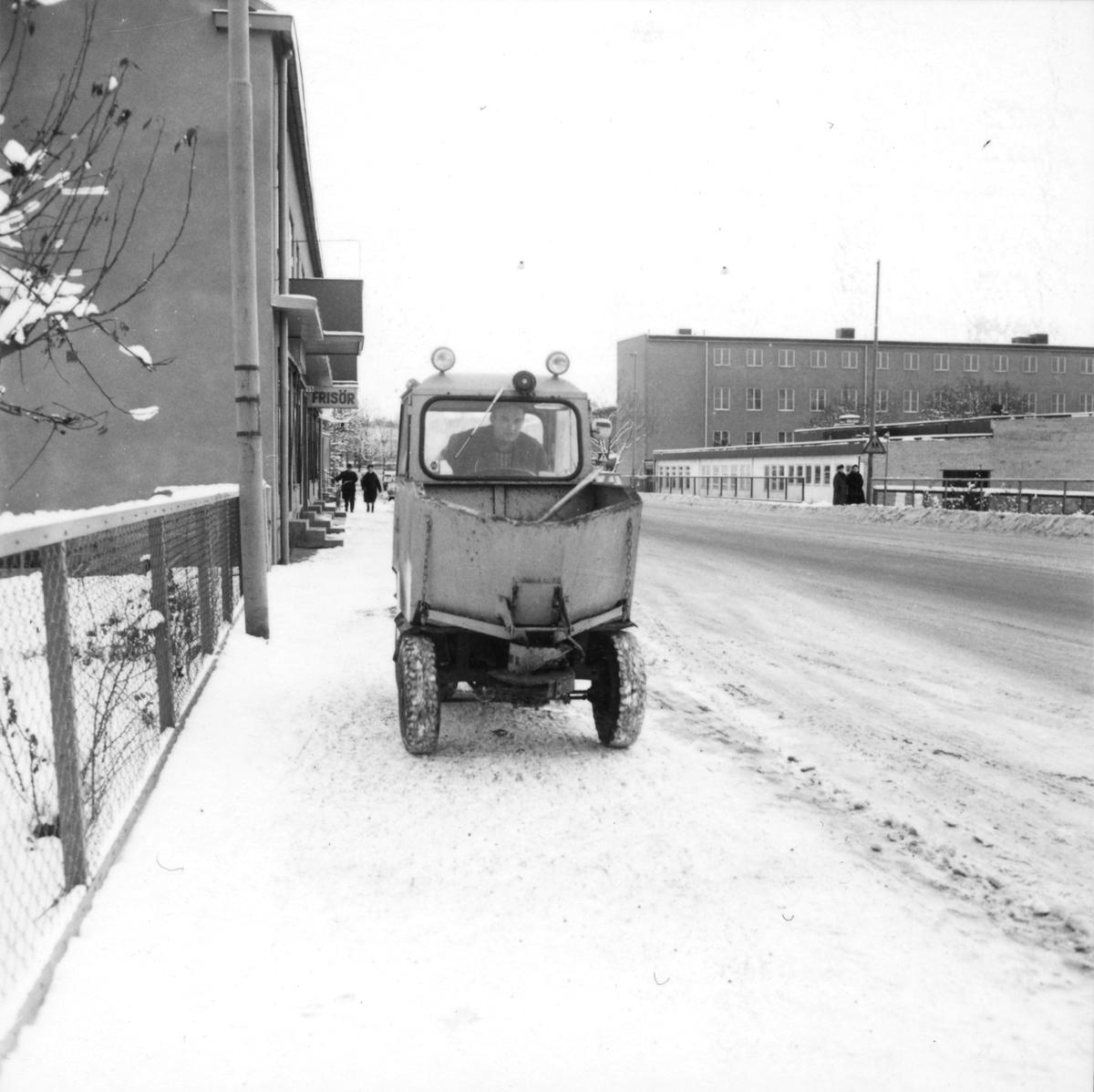 Orig. text: Vinterväghållning.Snöröjning på Nya Tanneforsvägen, mitt emot Tanneforsskolan.
