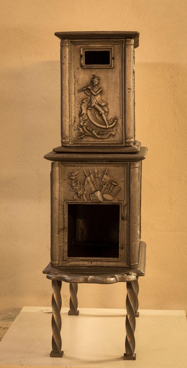 Ovn i to etasjer. Langside 1 Vulkan som våpensmed. Fra høyre håpets anker og seierens palmegren stikkende fram av skyer. Kortside 1 HASEL jernsymbol WERK 1761 i rokkokokartusj, bekronet av krigerske emblemer. Ls. 2 Uregelmessig åpning, usymmetrisk rokkoko-ornamentikk. Ks. 2 Fløytespiller sittende på rokkoko-ornamentikk.