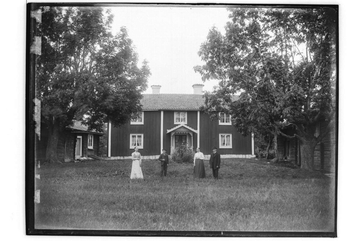 Byggnader, 4 personer, Tvåvånings parstuga och två uthus.Per Erik Persson.