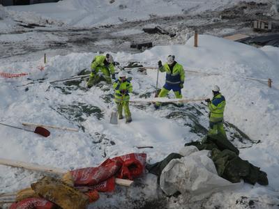Snøvær kan by på utfordringer i vintersesongen. Vinterkledde arkeologer graver frem båtdeler under dyp snø.
