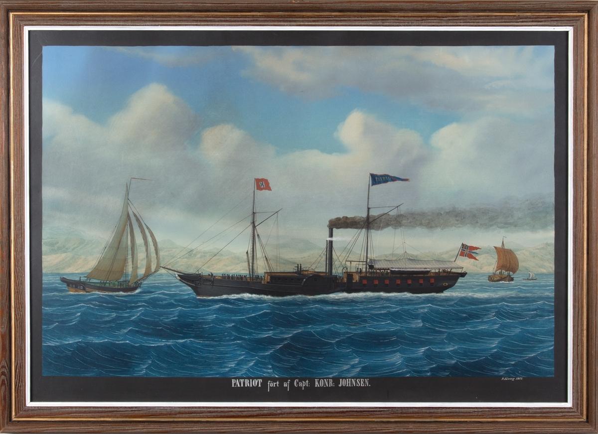 Hjuldampskipet PATRIOT under fart. Fjellrekke i bakgrunnen (sansynligvis Hardangerfjorden) og tre mindre bruksbåter med seil. Skipet fører rødt flagg med X i fortopp, og norsk postflagg med unionsmerke.