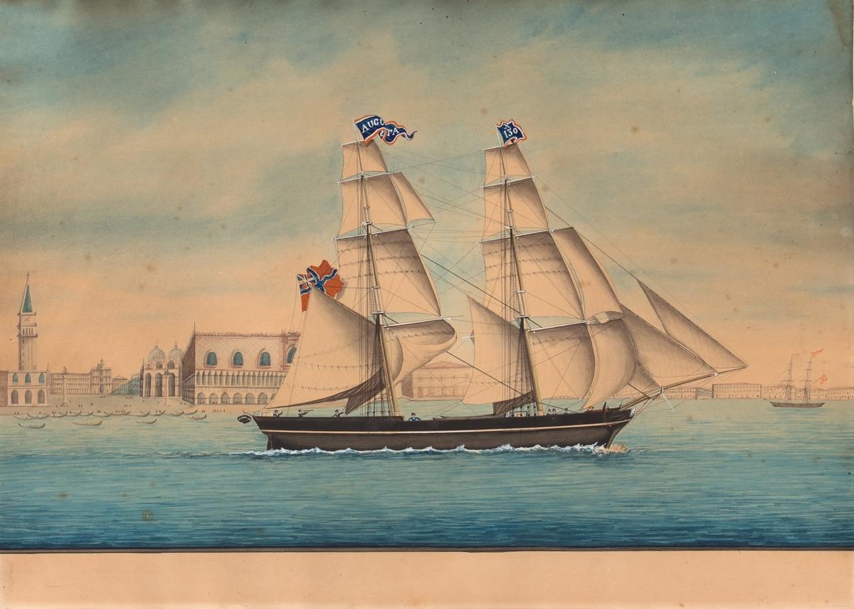 AUGUSTA under fulle seil utenfor Markusplassen i Venezia, Italia. I akter handelsflagg med unionsmerke, og i mastene vimpel med skipets navn og X130.