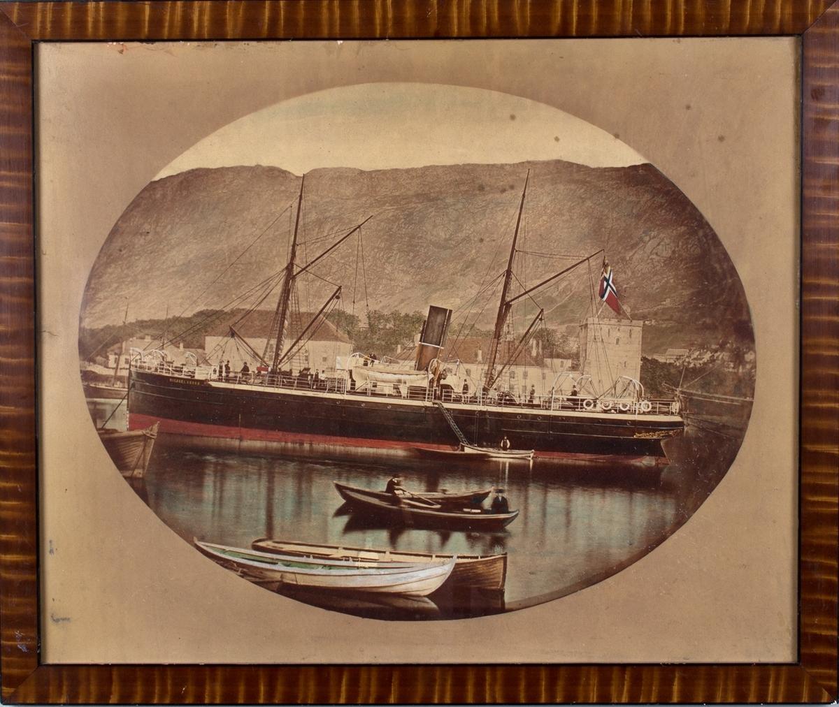 Dampskipet MICHAEL KROHN til kai ved Håkonshallen, Bergen. Robåter i forgrunnen.