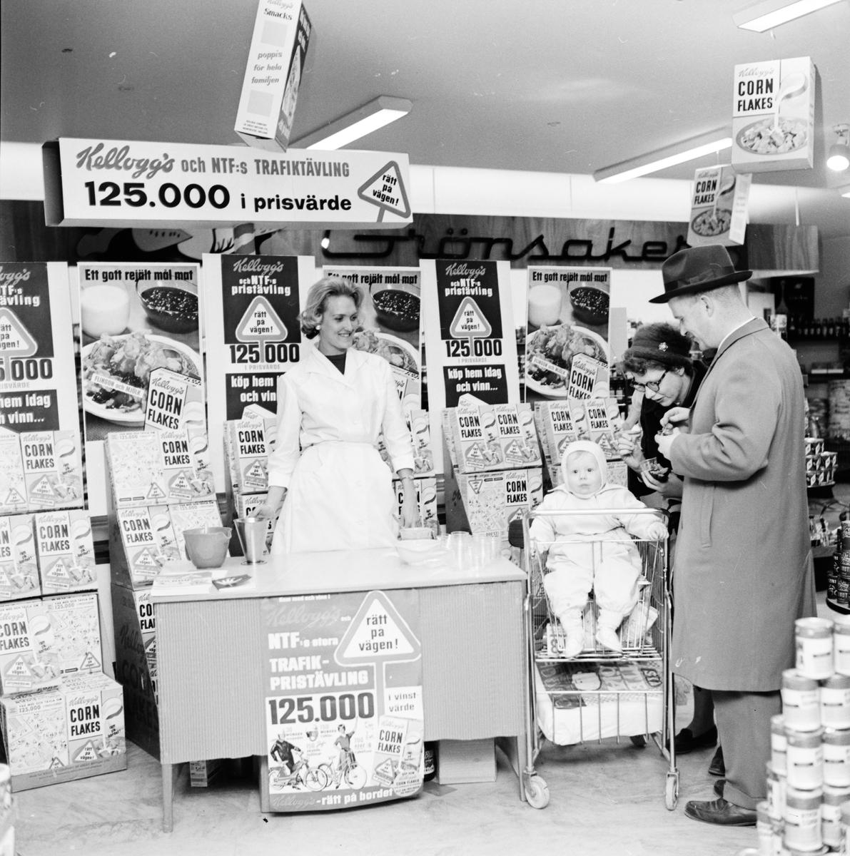 Man, kvinna och barn vid kundvagn, Hoffmans, Kungsängsgatan, Uppsala, 1961