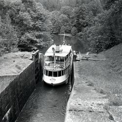 Båten har nästan kommit ut ur slussen. (Trol. Hovetorps slus