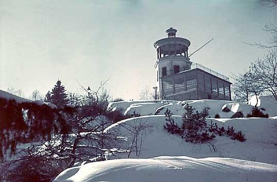 Belvederen i Trädgårdsföreningen.Belvederen uppfördes 1880 efter ritningar av Rudolf Ström. Han ritade förutom Belvederen även Trädgårdsföreningens restaurangbyggnad samt gymnastikbyggnaden vid domkyrkan. Belvederen genomgick en omfattande förändring 1921 efter Axel Brunskogs ritningar.Linköpings Trädgårdsförening, anlades 1859 av ett bolag på ett av Serafimerordensgillet arrenderat område. Den välskötta anläggningen utvidgades 1871 och är upplåten för allmänheten mot det att staden till bolaget årligen erlägger ett belopp av 300 rdr.