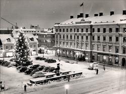Stora torget i vinterskrud. Stora hotellet höger i bild.St