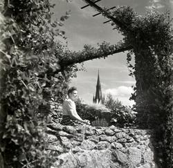 Parken vid Läroverket. Fru Mary Jagerwall sitter på stenmure