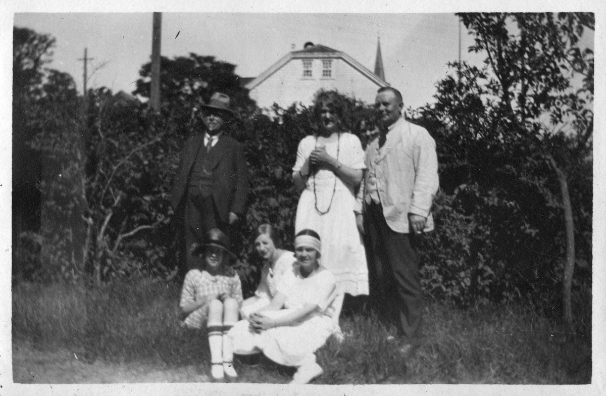 Gruppe mennesker i hagen ved Grand Hotel, Lillesand 1921.