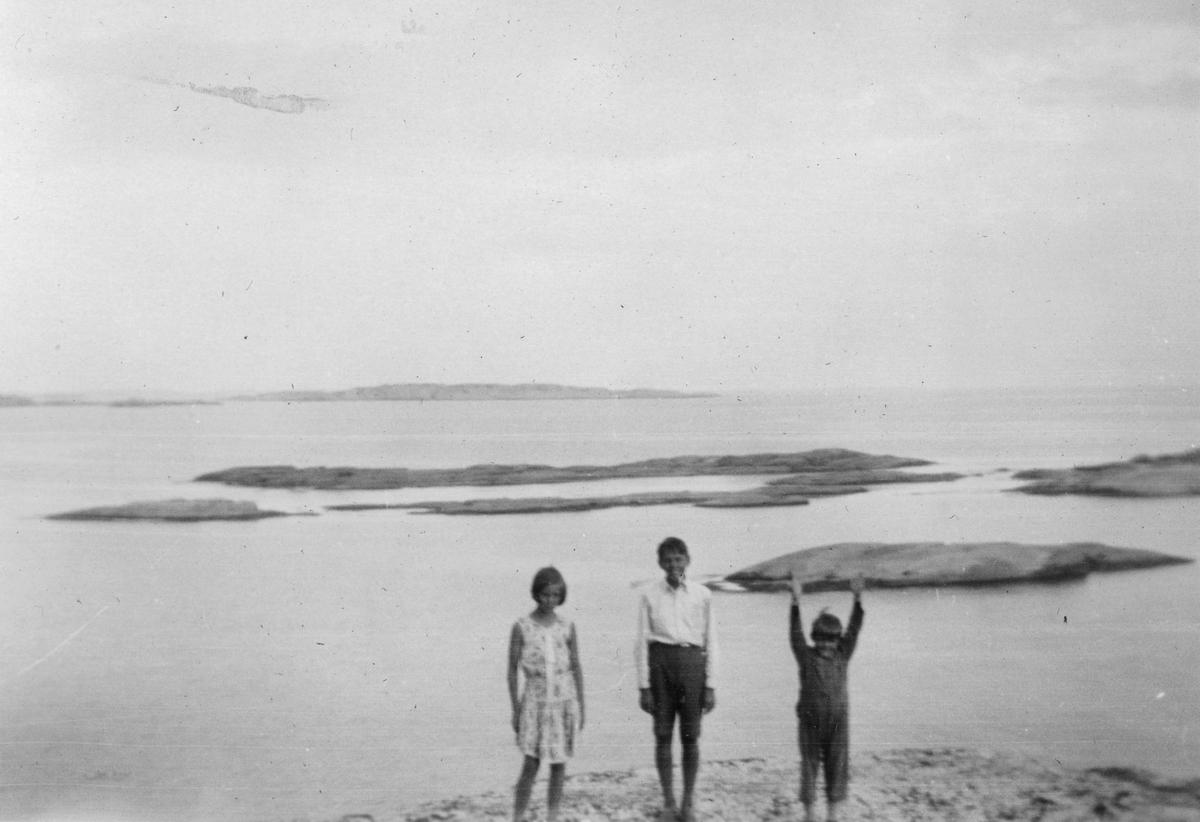 """Bildetekst """"Vesla, Christian og Duffi på """"Verdens ende"""" sommeren 1932"""""""