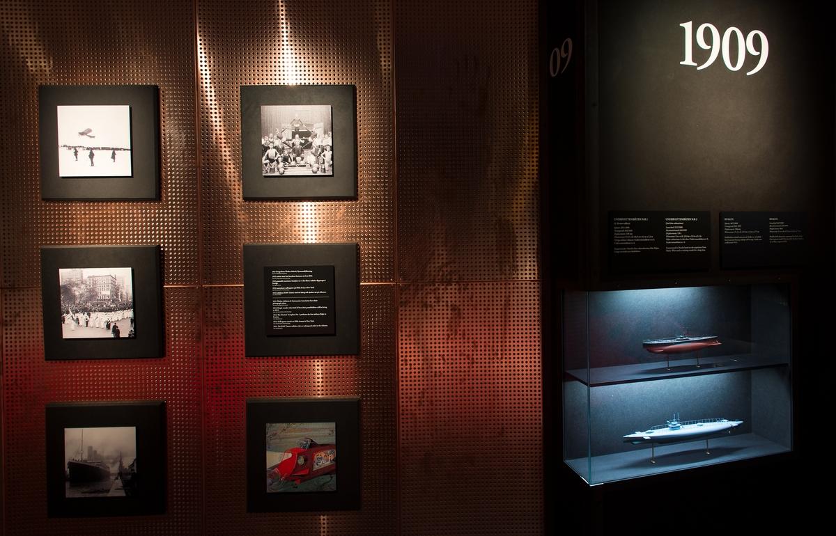 I en del av utställningen i ubåtshallen visas ubåtsmodeller och bilder i en tidslinje med historiska händelser från 1904 till 2014 då ubåtshallen invigdes.