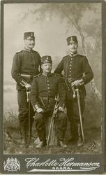 Porträtt av Gustaf Albert Löfgren (mitten) och två okända of