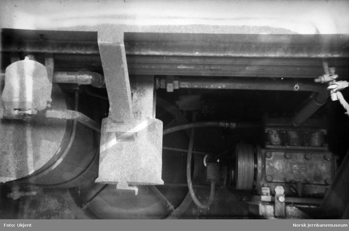 Motorvogn Bmdo 86.21 - nærbilde av filterhus med rørføring frem til kompressor 1