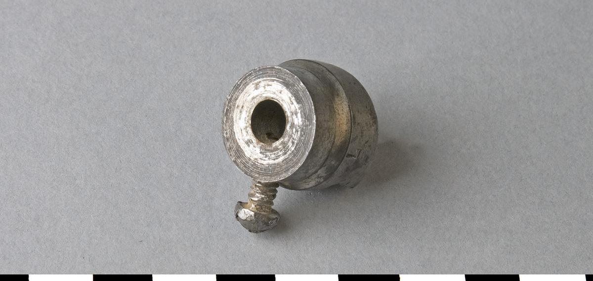 Försänkare av stål. Försänkaren är avsedd för montering på cylinderborr med diameter 7 mm. Det finns två skär på försänkaren. Borrning och försänkning sker med denna skruvförsänkare i ett arbetsmoment. Den skruvas fast på borren. Borrdimensionen 7 är instämplat på försänkaren. För borrsväng.  Funktion: Göra fördjupning för skruvskalle