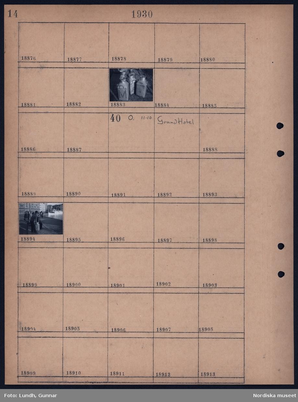 Motiv: Karl XII; Närbild av mjölkkrukor.  Motiv: Grand Hotel; Två män lyfter en mjölkkruka.