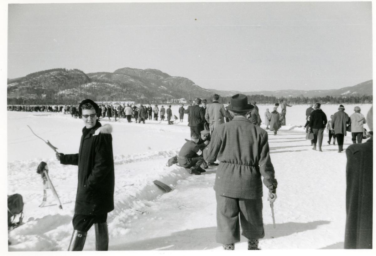 Pilkekonkurranse på Nes i 1956. 1.premie Skoda personbil vart vunne av Håkon Dokken ifrå Bagn.